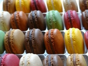 gros plan de macarons factices divers parfums