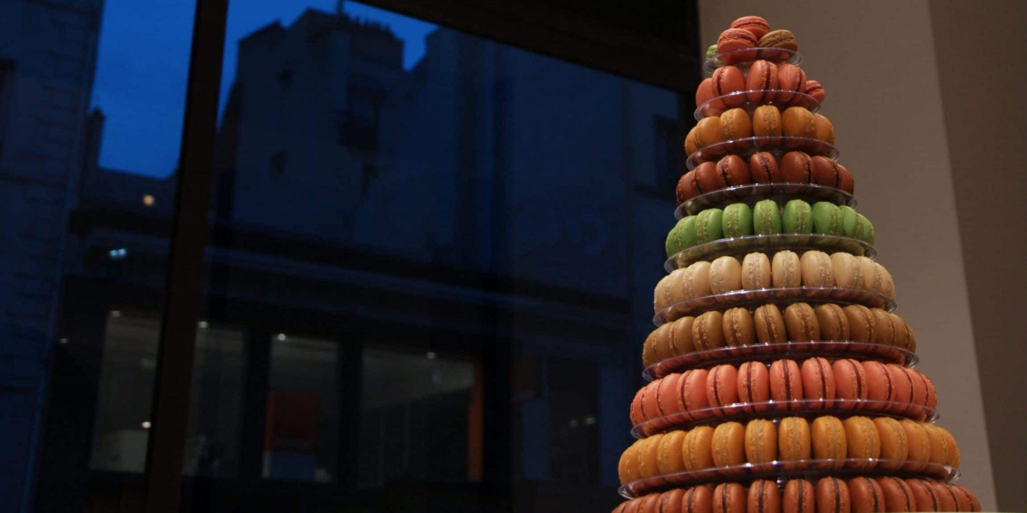 une création de macarons factices pour décor de pyramide gourmande