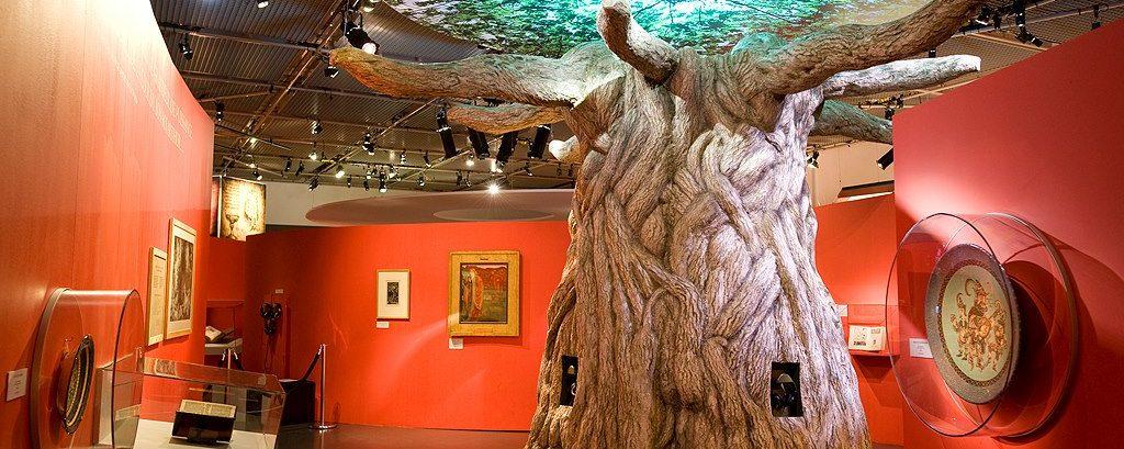 cette sculpture d'arbre de Merlin a été conçue par l'Atelier Cobalt Fx pour une exposition au Musée de Bretagne