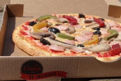 pizza factices créées sur-mesure par l'atelier Cobalt fx en résine