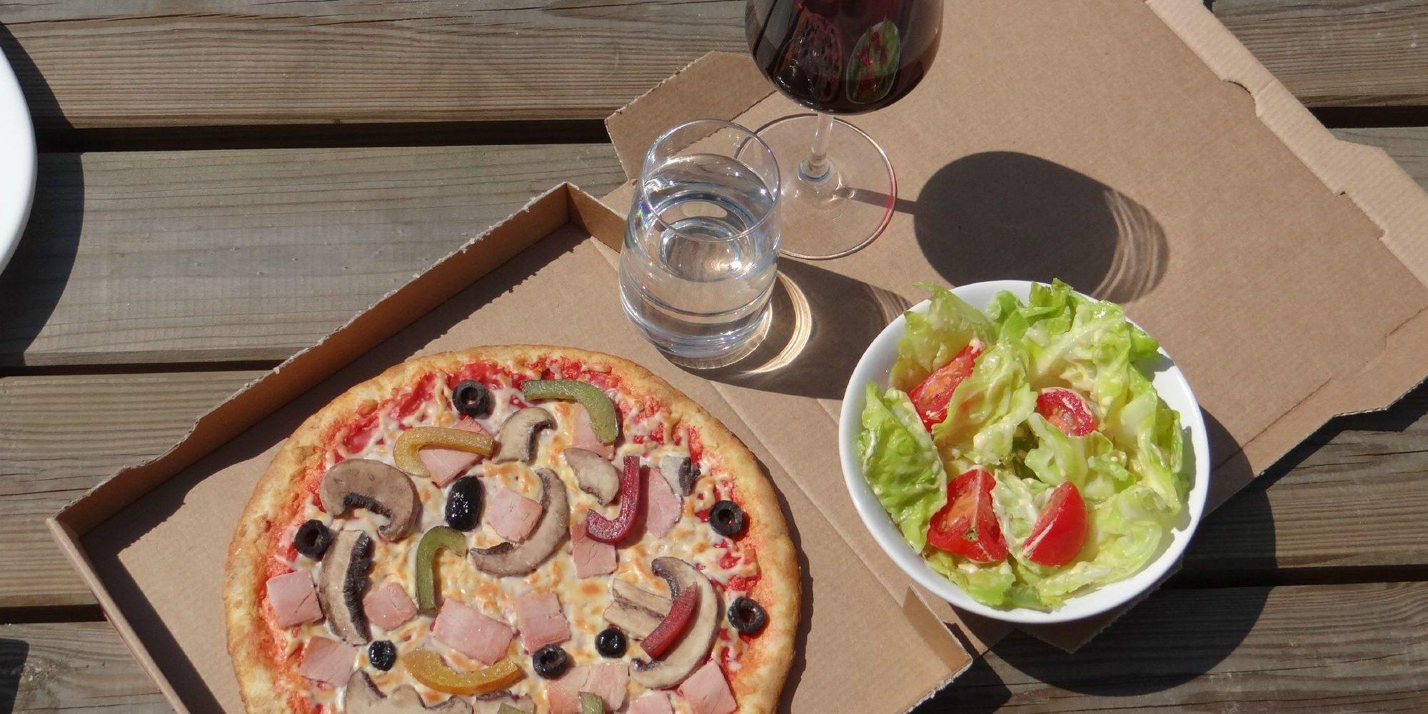 on peut créer tout un décor avec des éléments factices comme une pizza, des verres, une fausse salade