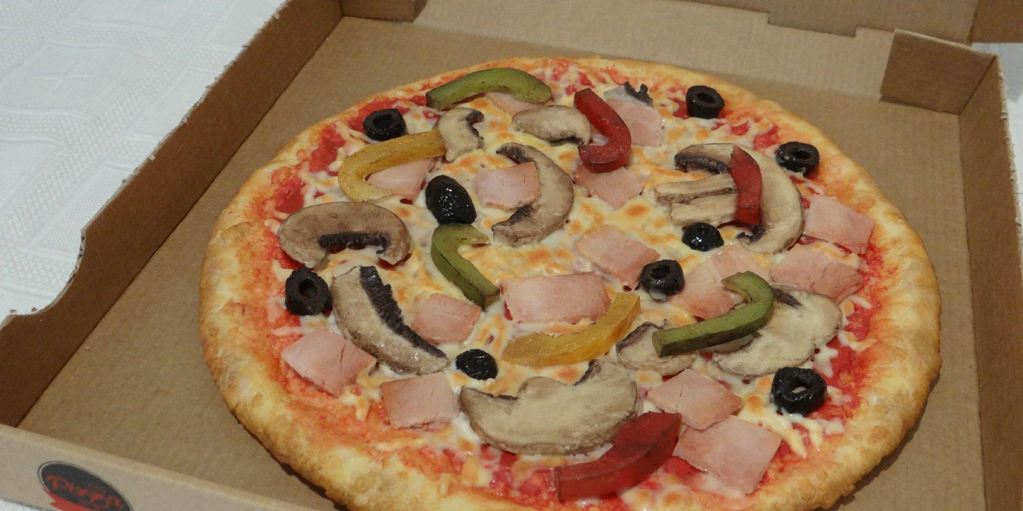 une fausse pizza sculptée en résine qui donne faim comme une vraie