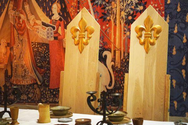 création, installation et mise en lumière d'un décor médiéval pour un événement privé