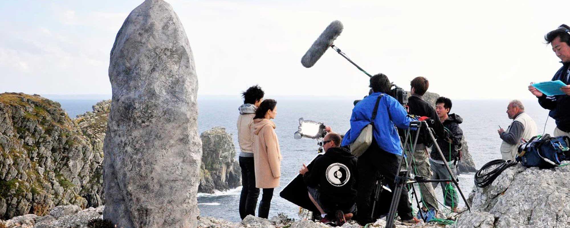 réalisation d'un décor de menhir pour les besoins d'un tournage de film en Bretagne