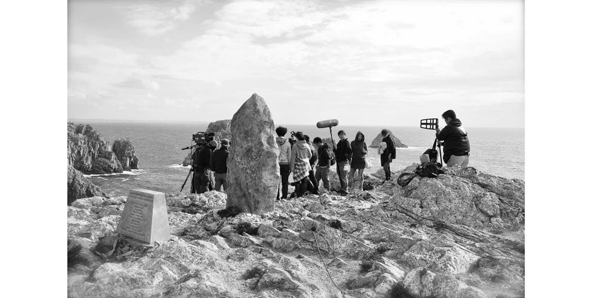 fac-simile de menhir intégré en décor naturel pour tournage de film
