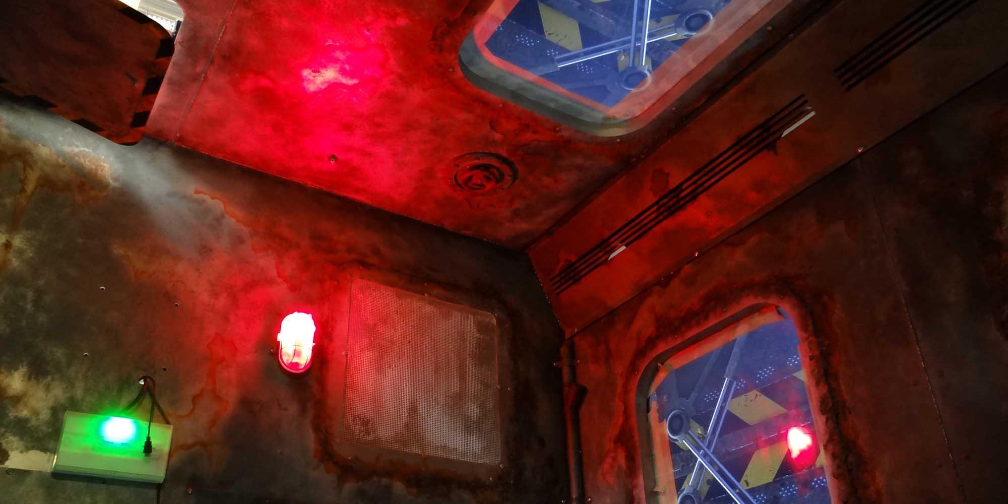 ambiance de la cabine de l'Abyssal descender réalisée par CL Corporation et décors Atelier Cobalt Fx à l'Aquarium de Saint-Malo