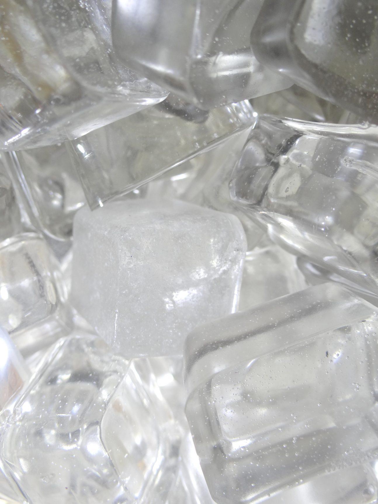 glaçons factices fabriqués en résine semi-rigide par l'atelier cobalt fx