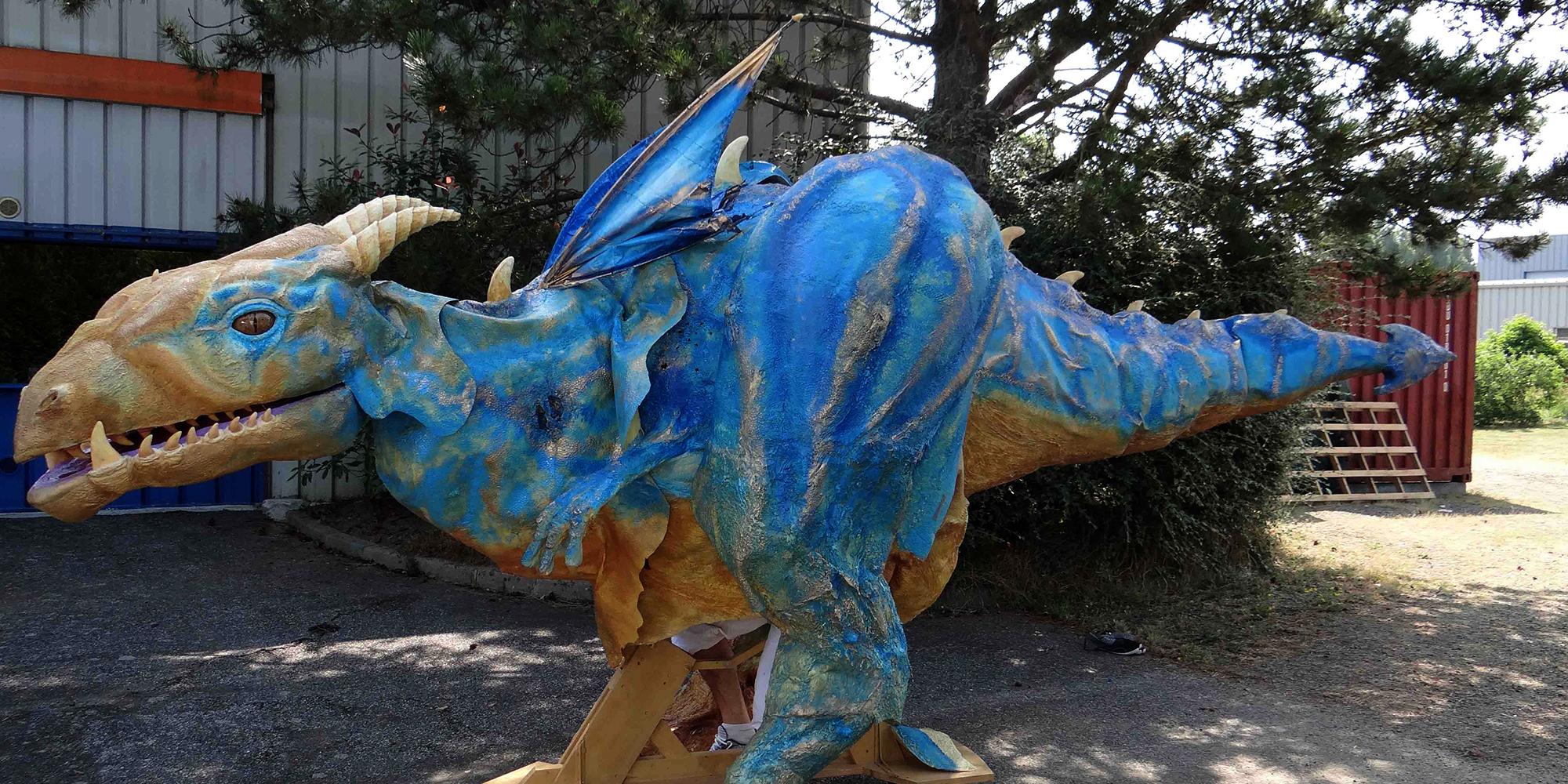 sculpture de dragon géant d'inspiration féerique - fantastique