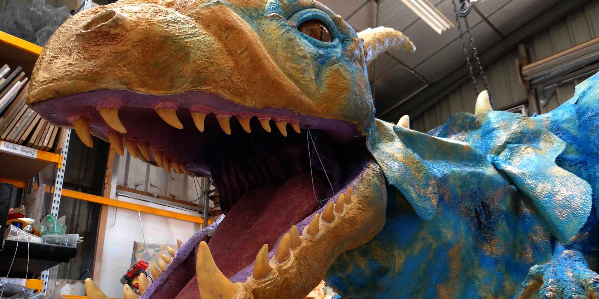 sculpture de dragon avec gueule ouvrante par mâchoire inférieure mobile