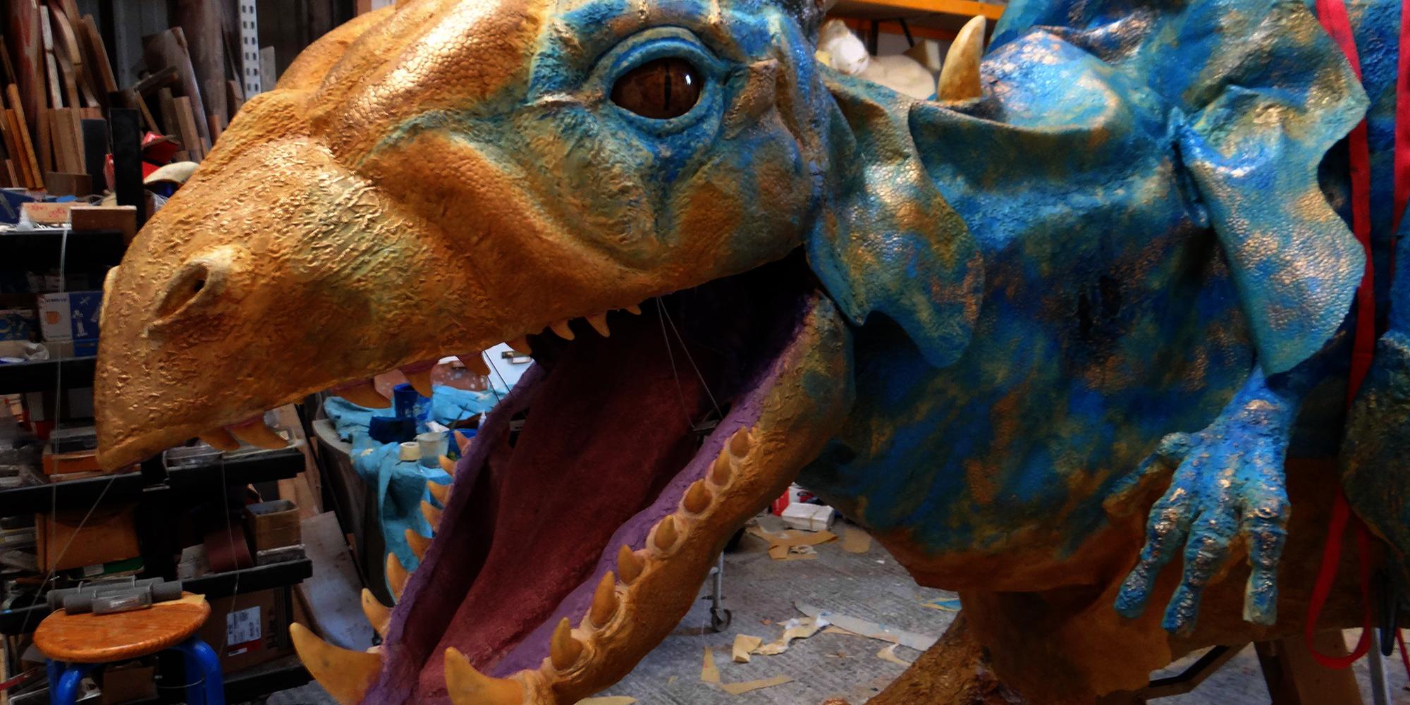 Une sculpture de dragon fantastique de belle dimension en résine et élastomère