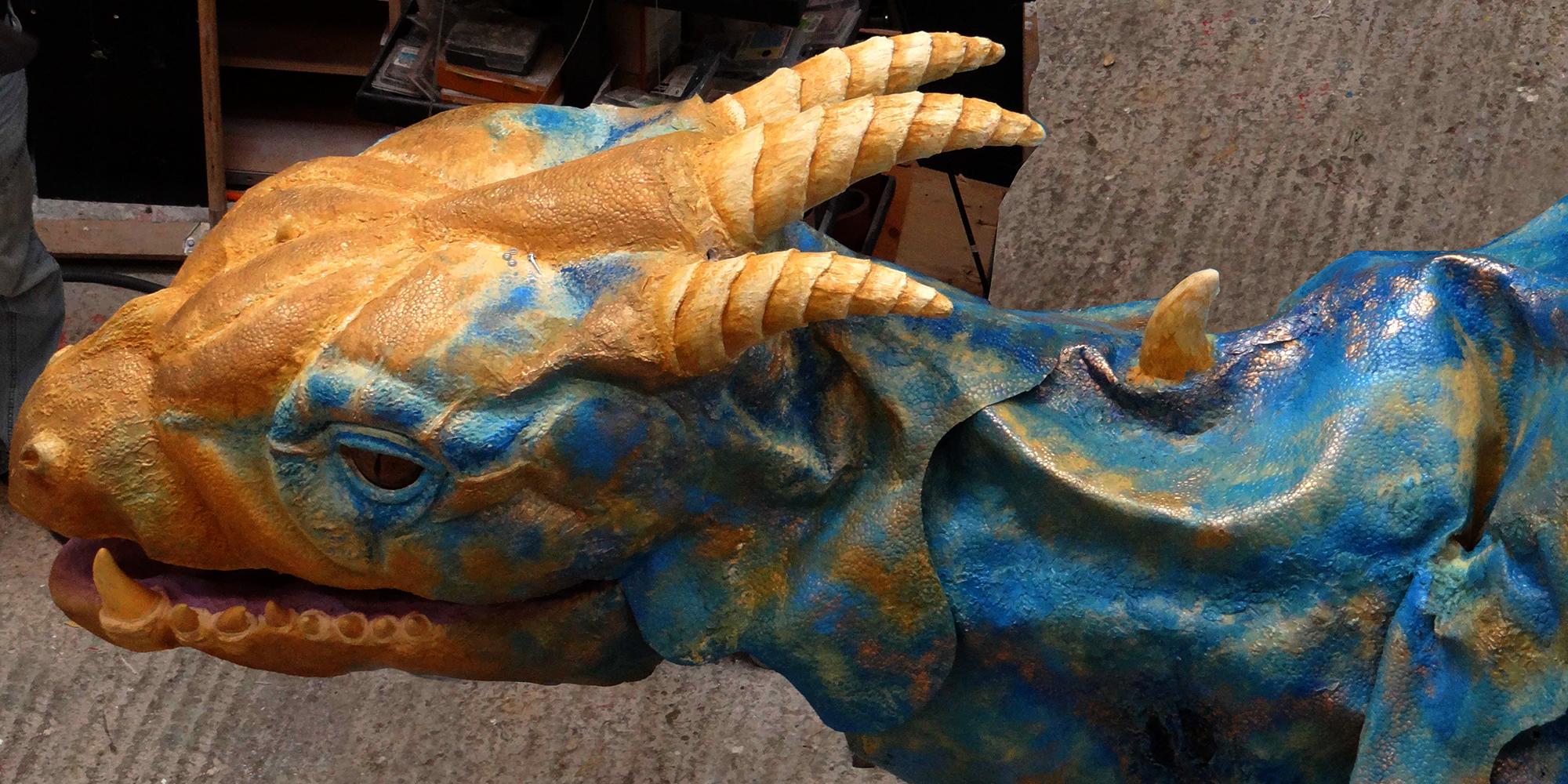 détail du travail de sculpture du haut du crane du dragon et de ses cornes et épines dorsales en résine, peau en élastomère