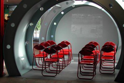 autre vue de la salle de projection vidéo en forme de carlingue d'avion bombardier