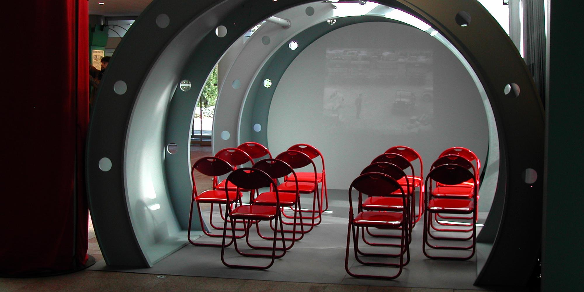 décor carlingue avion bombardier pour projection film lors d'une exposition sur la guerre