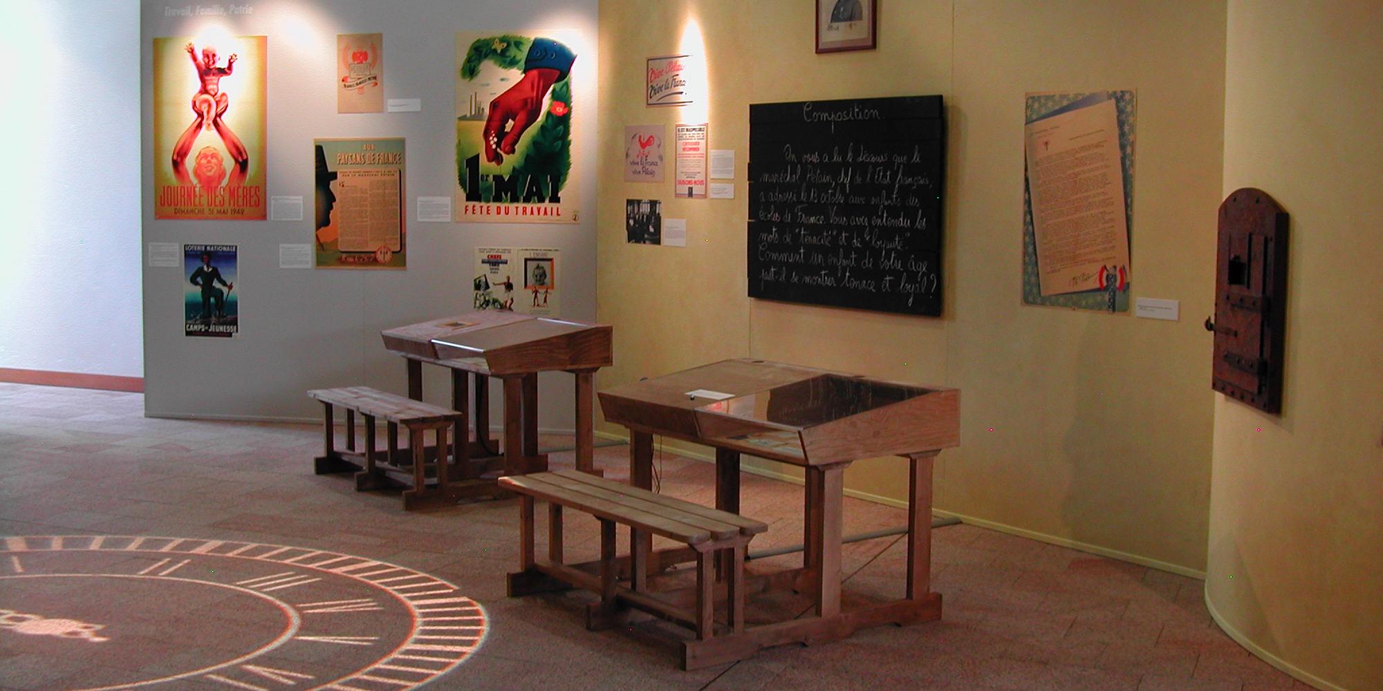 décor d'exposition aux Archives du Morbihan sur l'école et la vie des écoliers pendant la seconde guerre mondiale