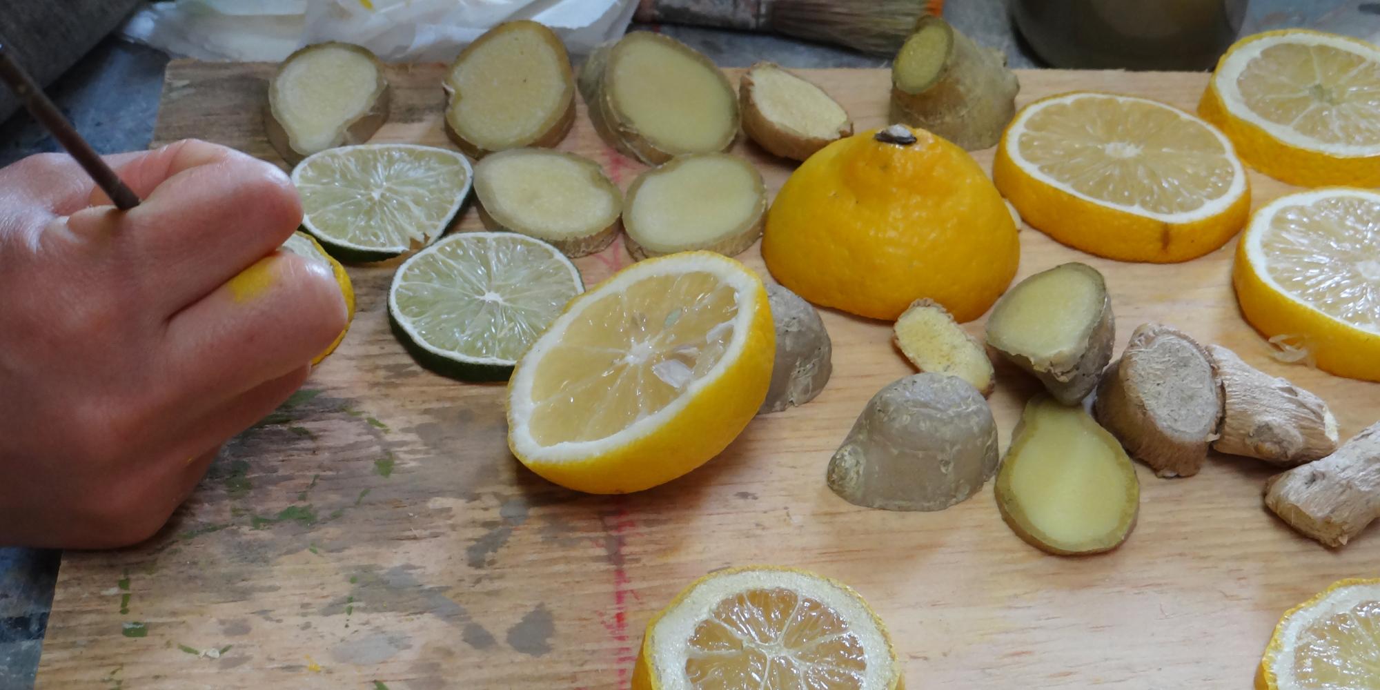 travail sur des rondelles de citrons et gingembres factices