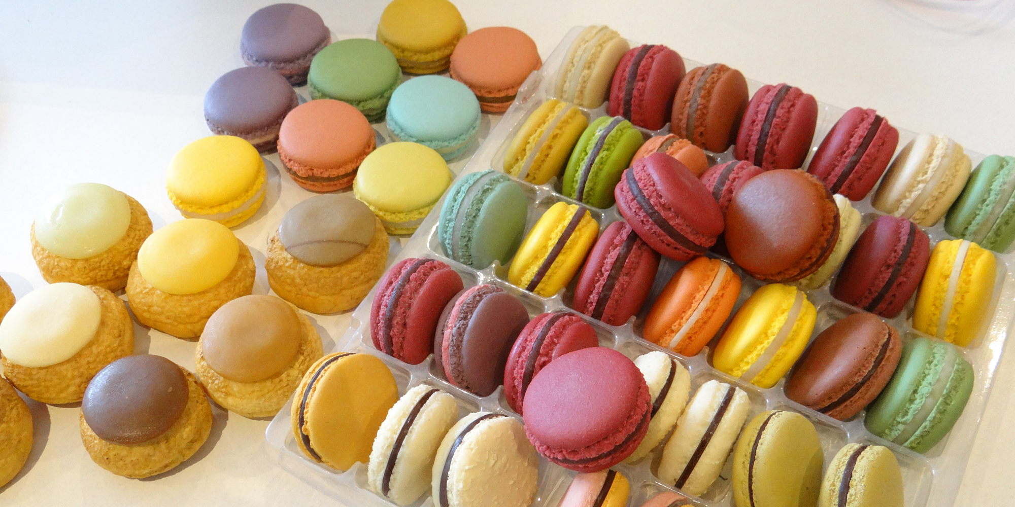 assortiment de macarons factices et choux craquelins en résine made by COBALT FX