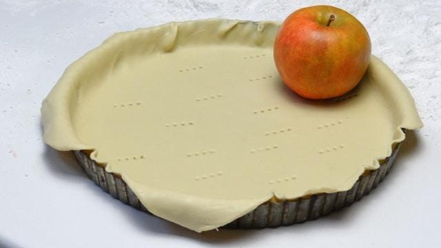 pâte à tarte factice en résine avec sa pomme non moins fausse