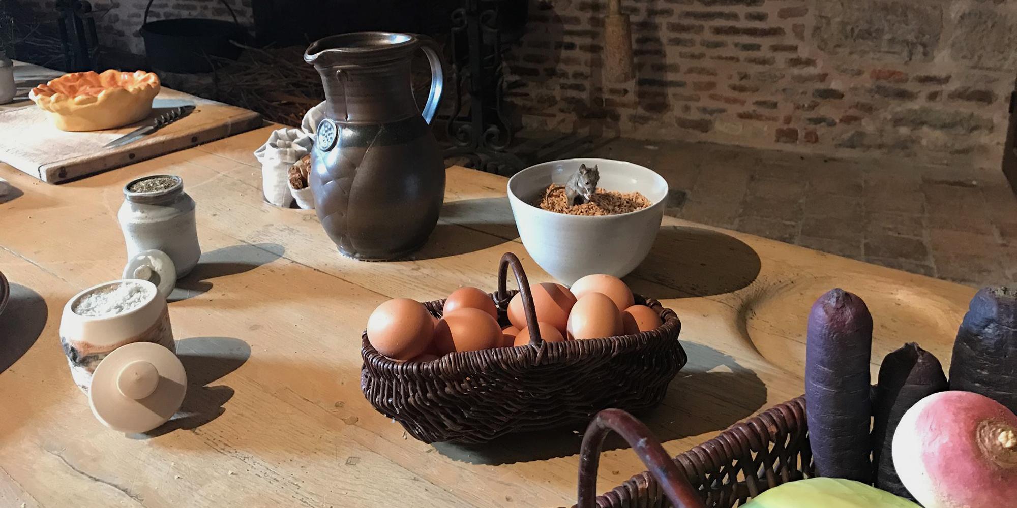 vue de l'exposition à table au moyen-âge au chateau du Clos de Vougeot avec aliments factices made in Atelier Cobalt Fx