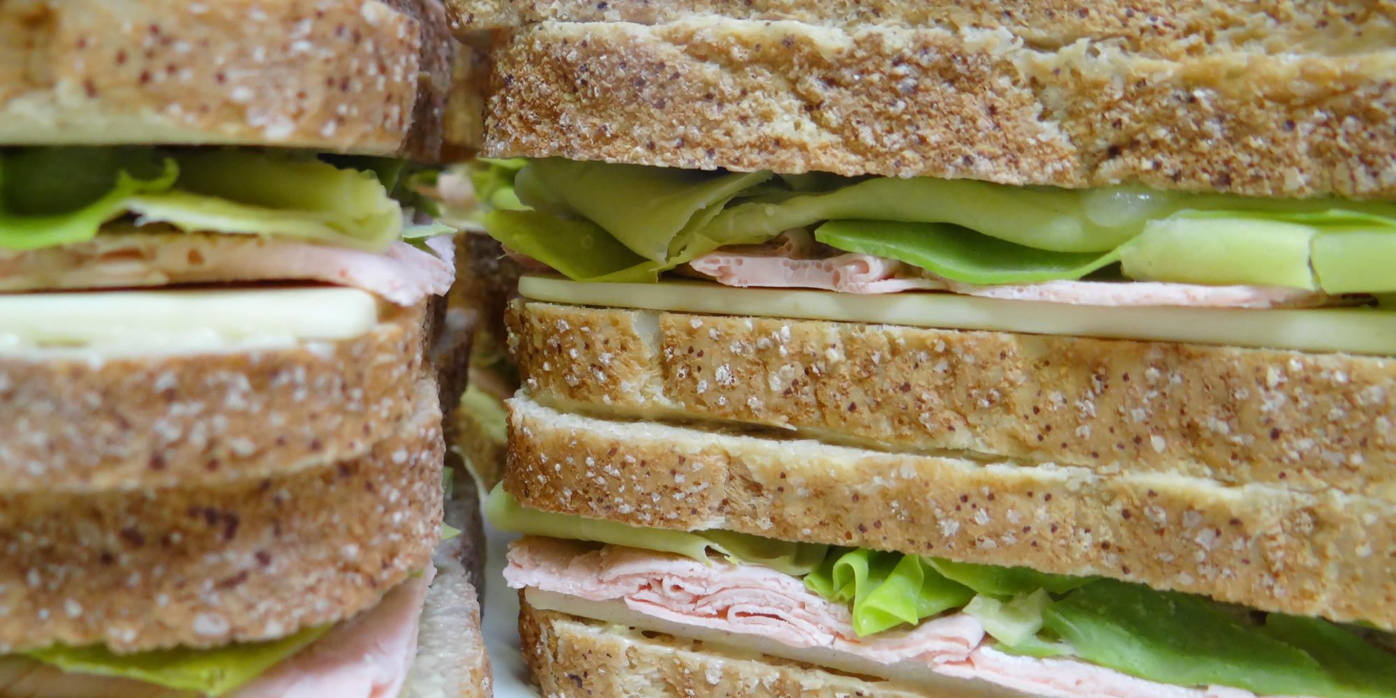 gros plan sur nos sandwich factices en résine réalisés pour Sodebo avec des sanwich club pain de mie, salade, jambon, fromage