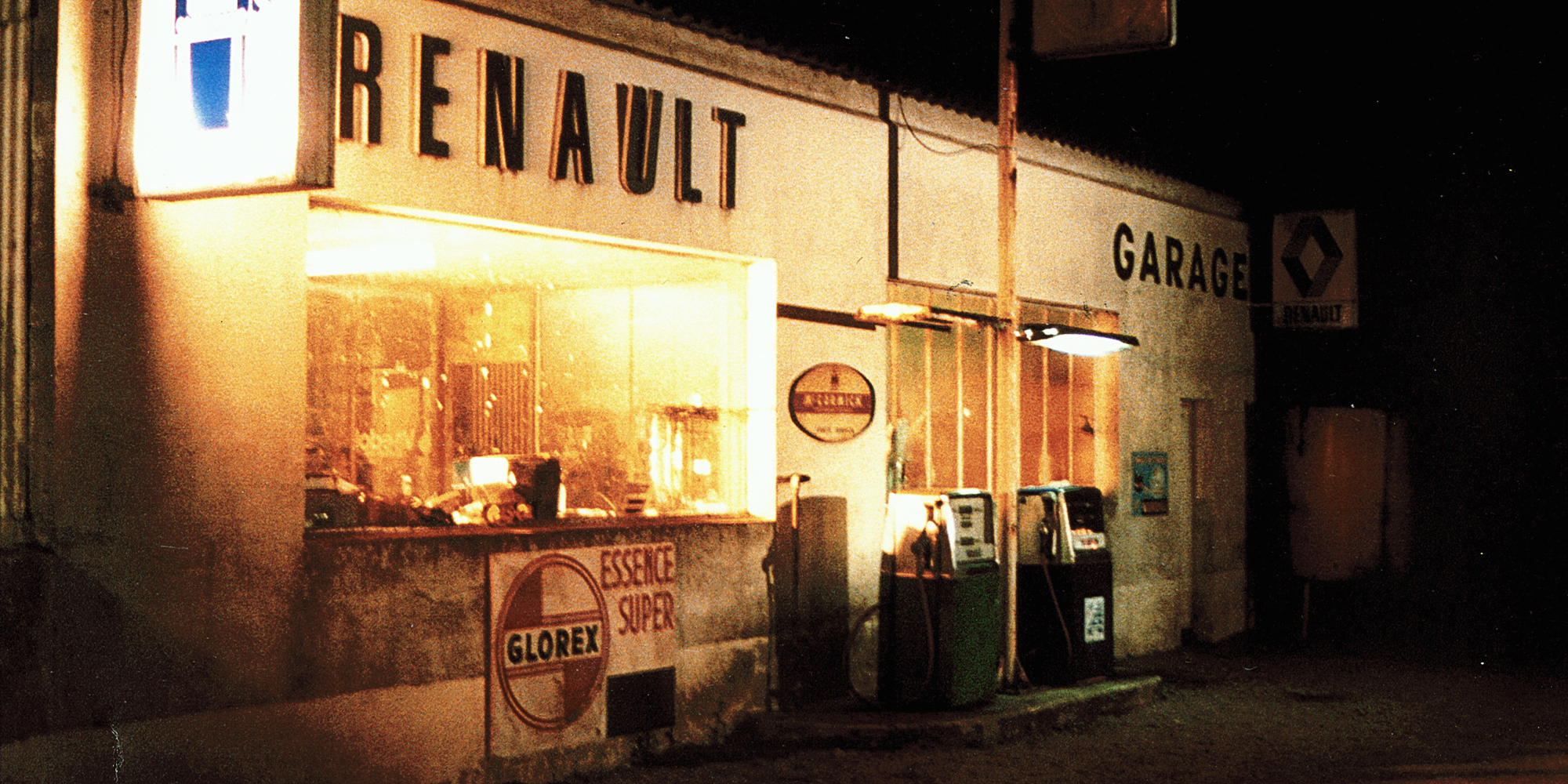film terre de sang - chef décorateur Thibault Cueyssac Atelier Cobalt Fx - ambiance Garage Renault Vintage