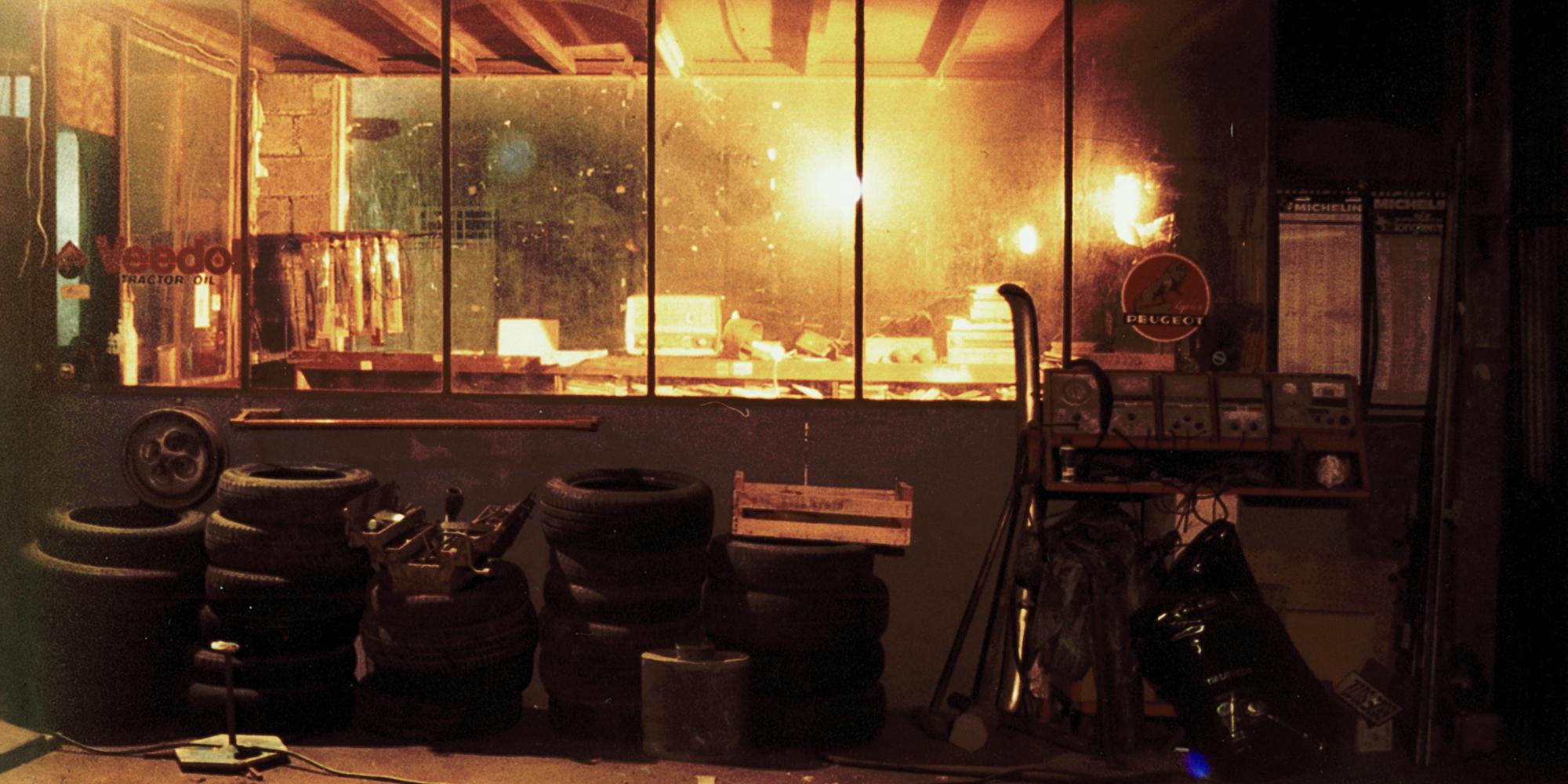 ambiance du décor de garage Renault Vintage pour le film Terre de Sang