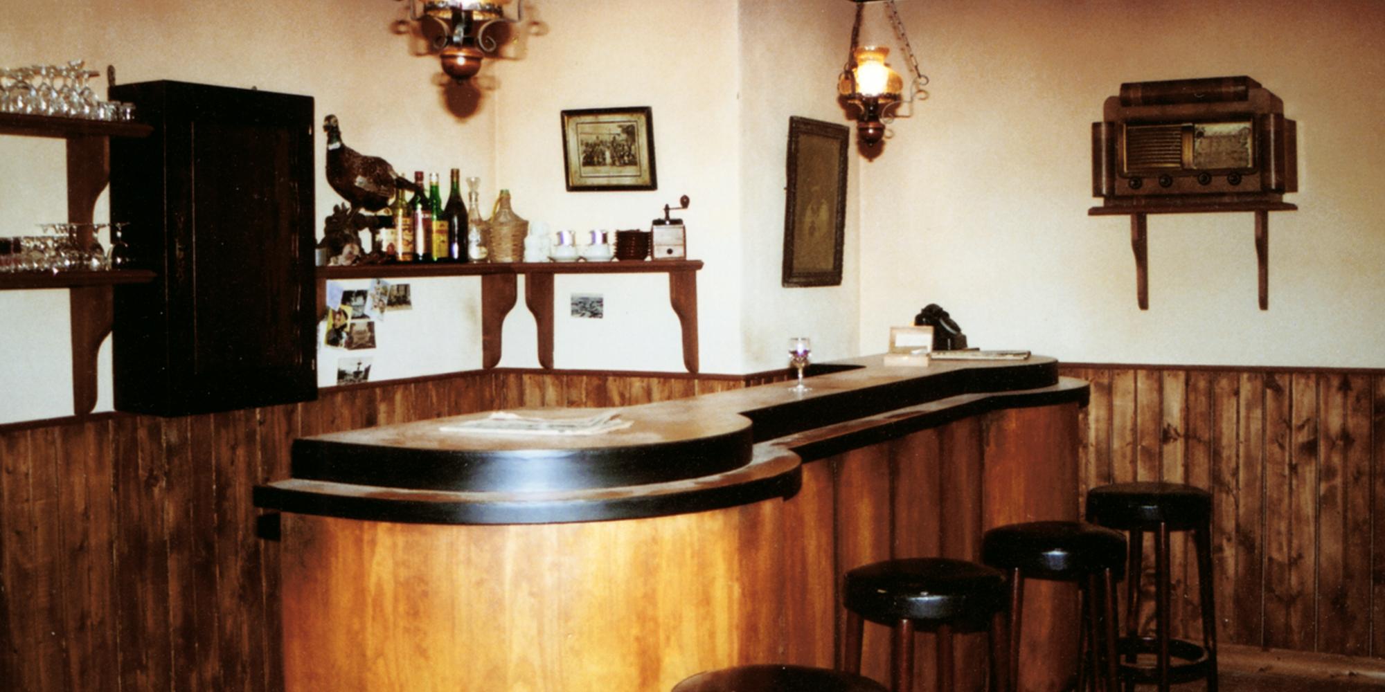décor de cinéma de bar vintage pour le long métrage terre de sang