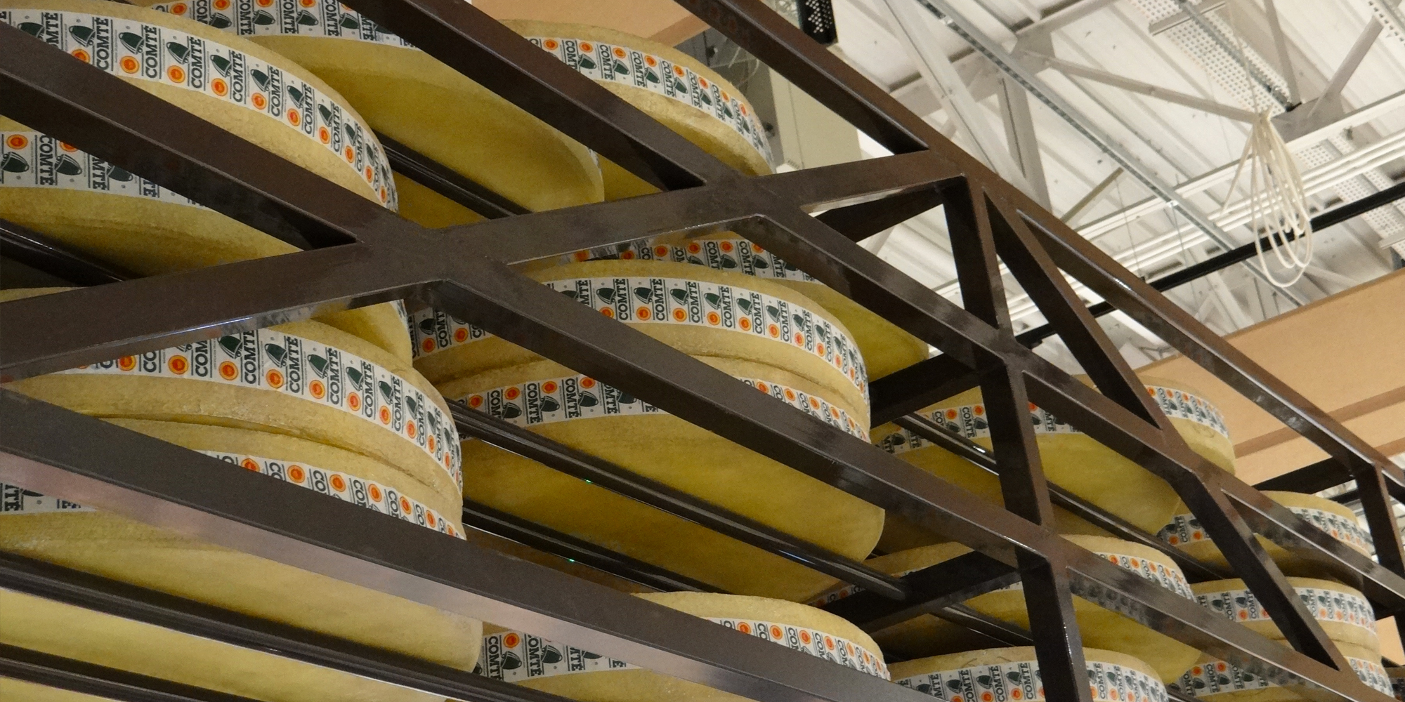 disposition des meules de comté factices en décor de GMS