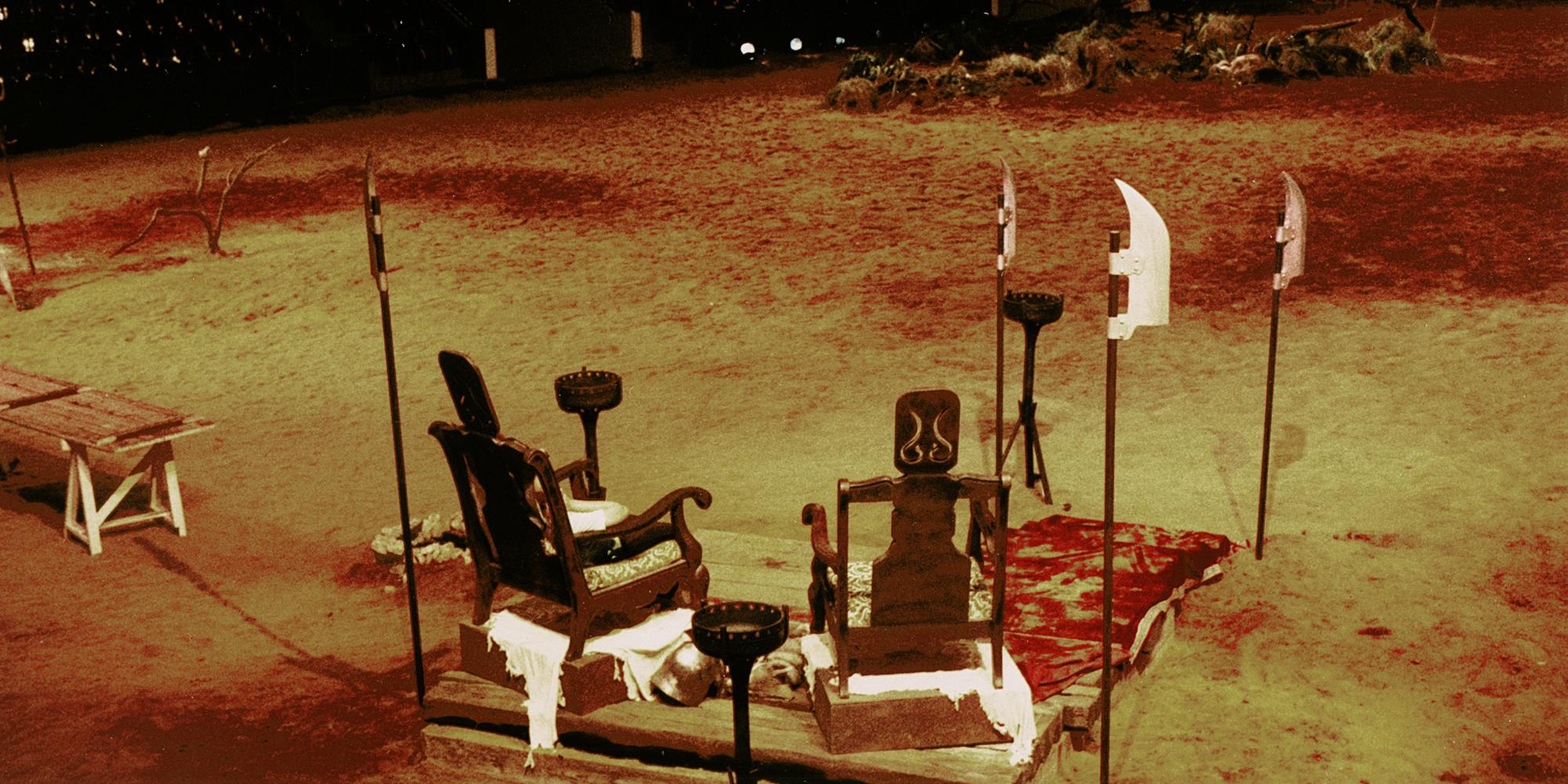création de décor avec deux fauteuils comme des trônes et accessoires armes en bois patine métal pour spectacle de scène