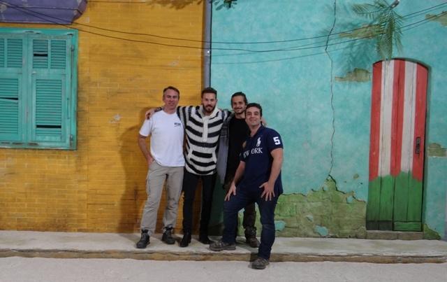 l'équipe de l'atelier de création de décors COBALT FX avec M. Pokora devant le décor de plateau réalisé pour le shooting photo mode en studio de sa collection Oôra