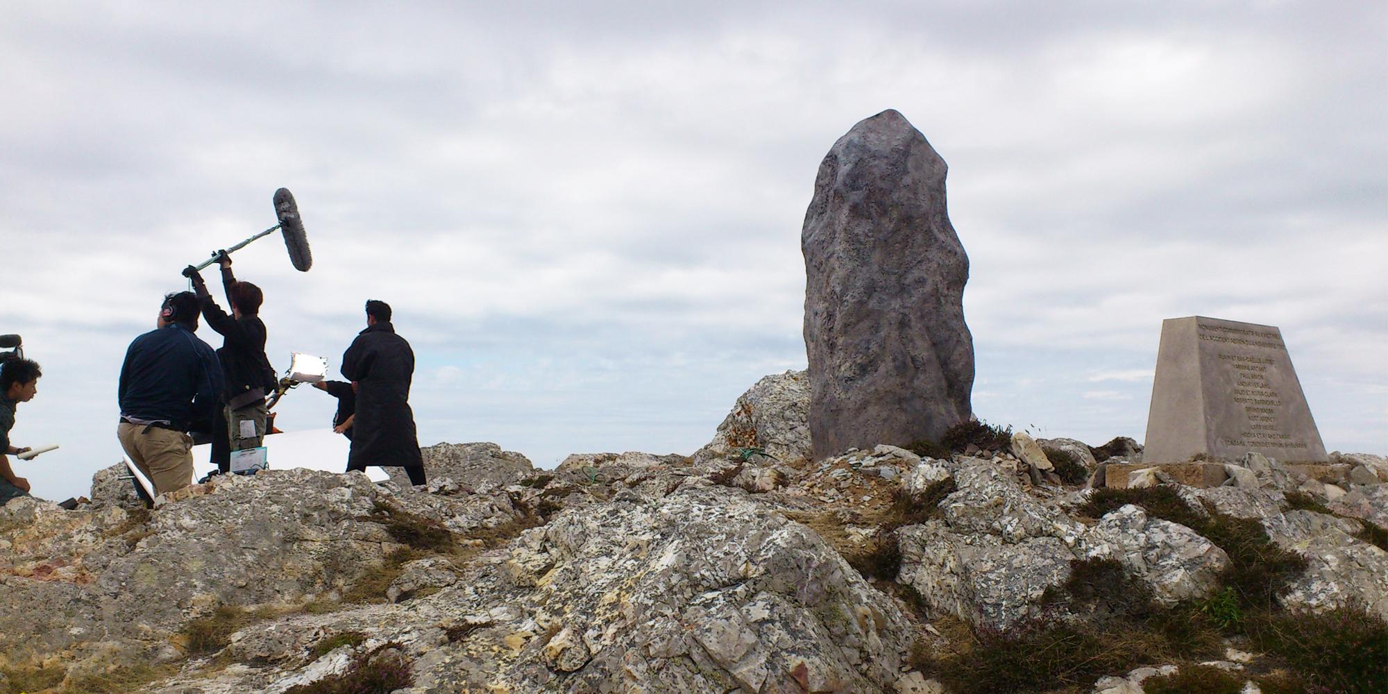 faux menhir en résine sculpté comme décor extérieur