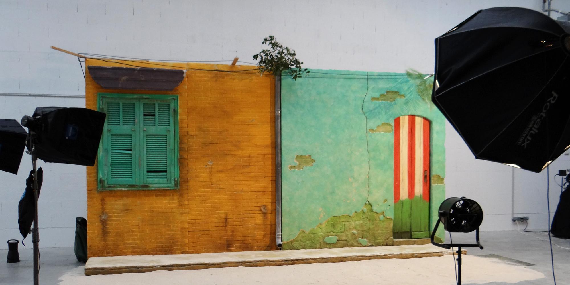 decor de favelas pour shooting publicitaire mode, collection Cache-Cache Oôra by M.Pokora groupe Beaumanoir