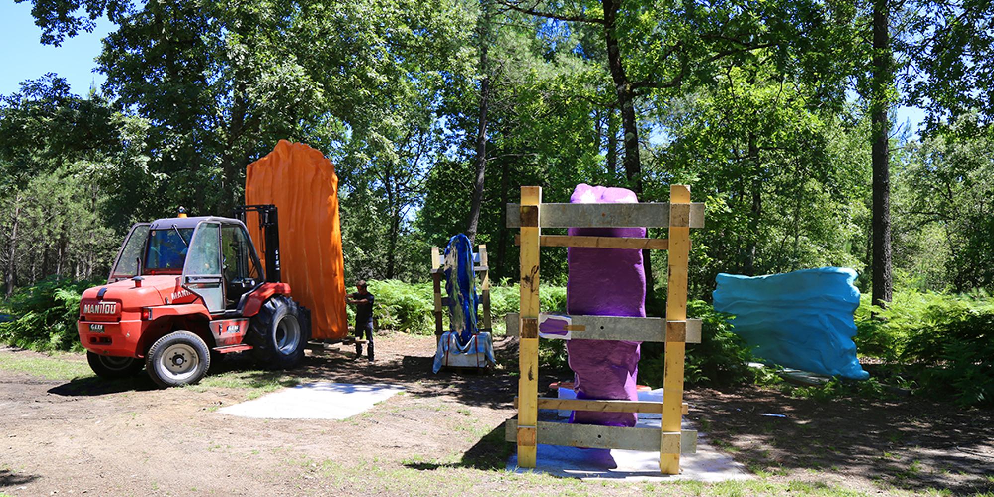 étape du déchargement et de l'installation des sculptures contemporaines Couleurs