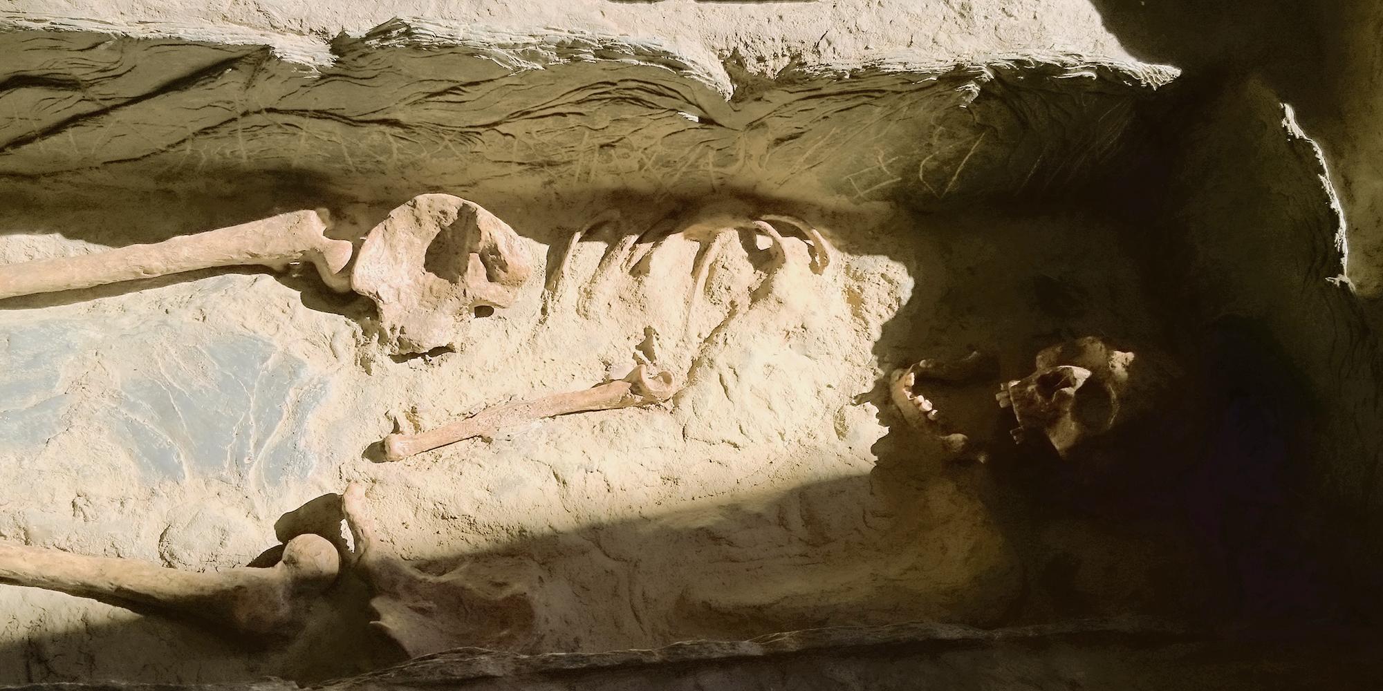 décor reconstitution d'un tombeau archéologique en résine pour musée exposition et manipulations