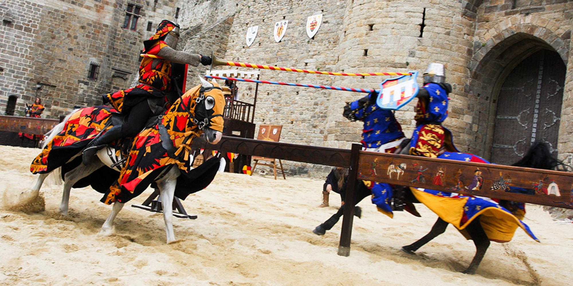 décor monumental de portes médiévales en résine installées à Dinan pour la fête des remparts