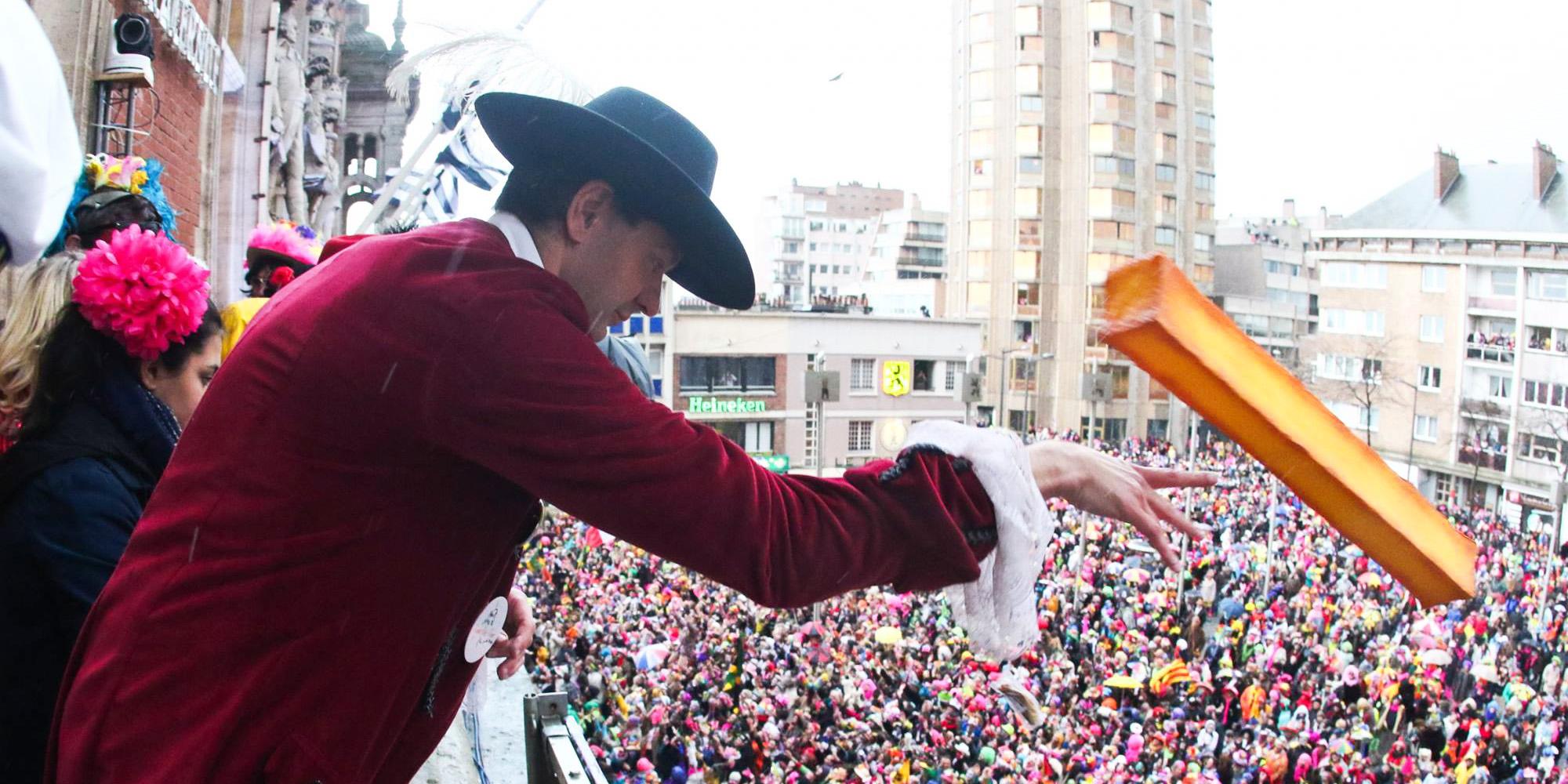 Le Maire de Dunkerque, Monsieur Patrice Vergriete jette une frite géante dans la foule pendant le Carnaval - fabrication Cobalt Fx