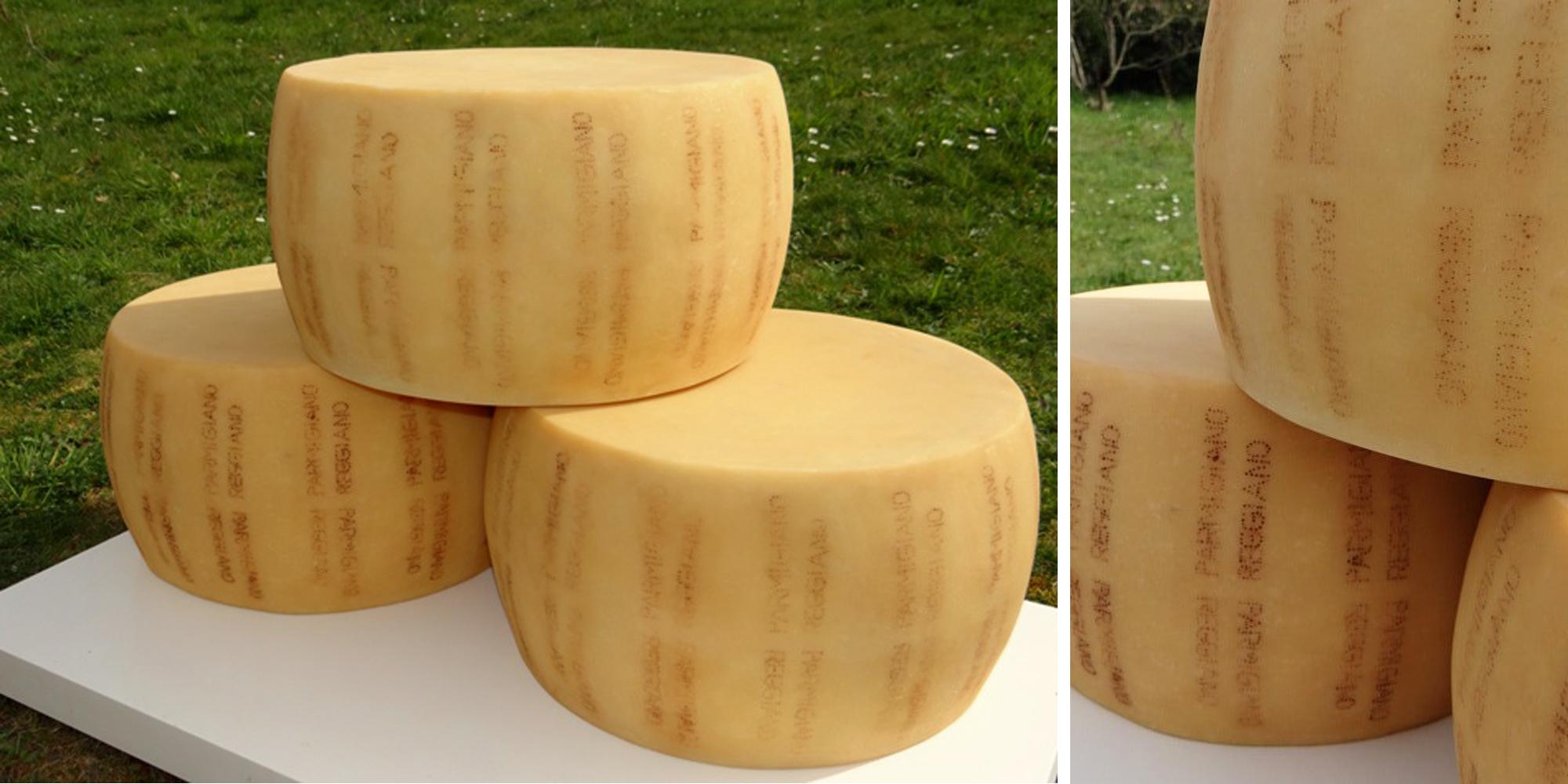 fromage factice de type parmesan en meule entière