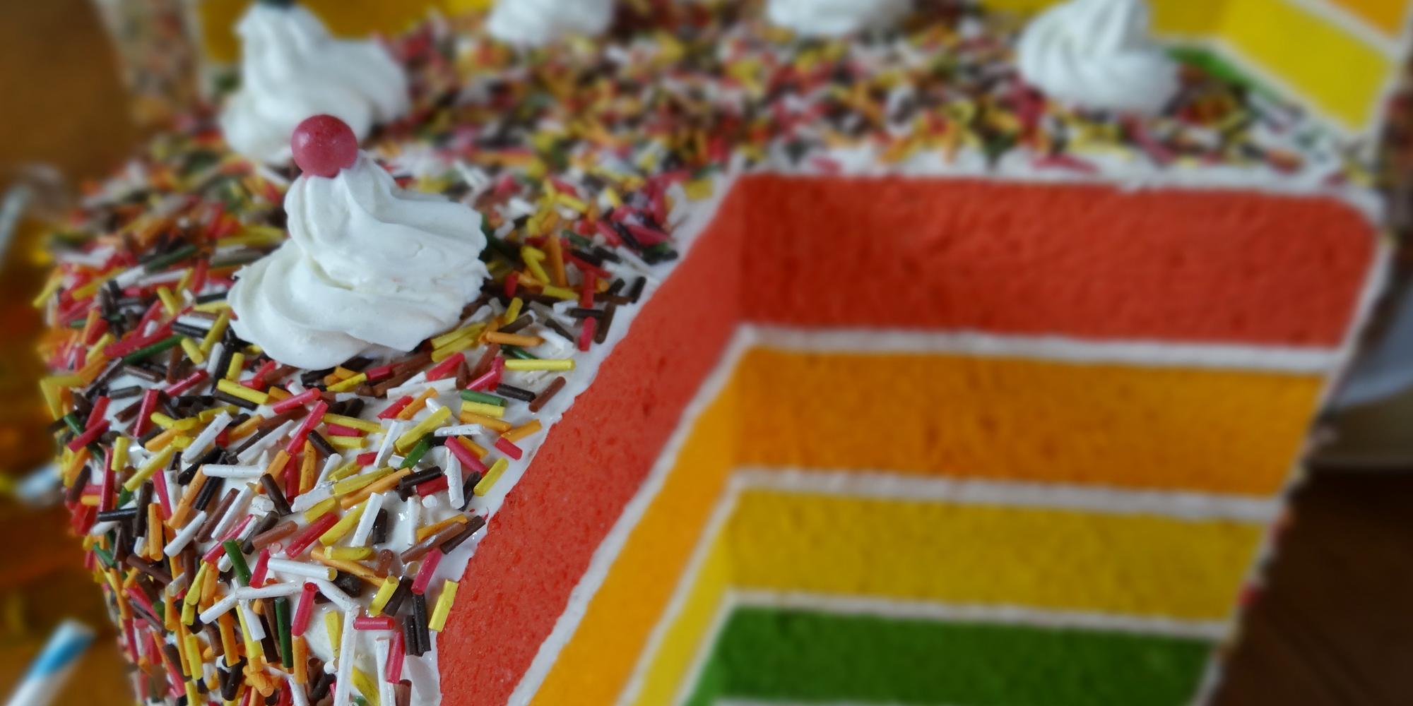 gâteau rainbow cake factice fait par l'Atelier Cobalt Fx pour les vitrines des produits pour pâtisserie Vahiné