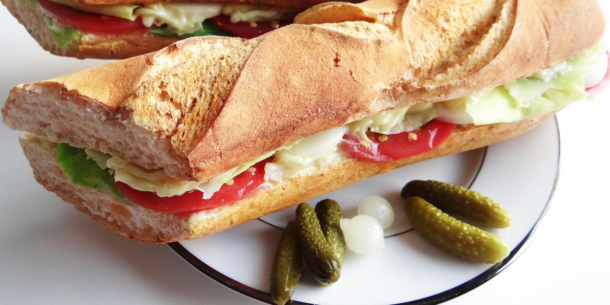 sandwich baguette factice en résine avec tous les éléments tomates, mayo ...factices également