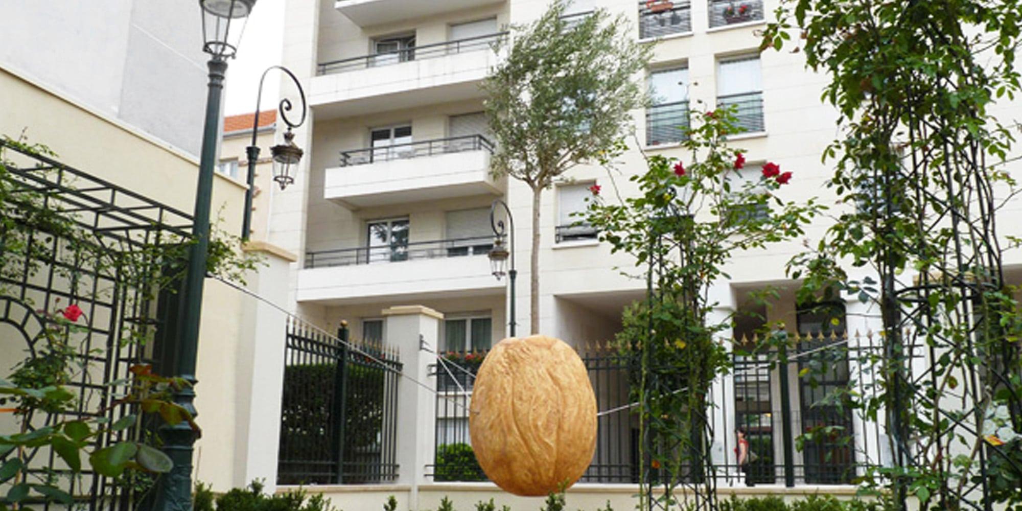 sculpture végétale graine géante en résine avec vrai arbre dedans pour décor espaces verts, parcs et jardins