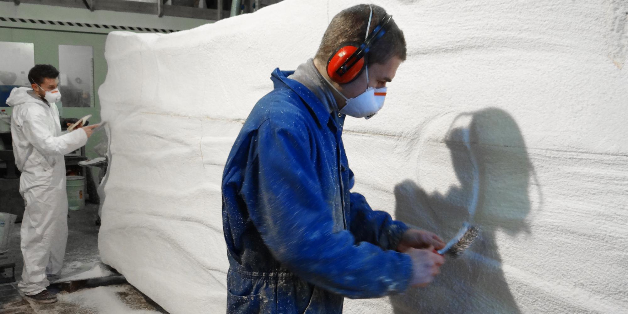 étape de travail de sculpture surdimensionnée sur polystyrène