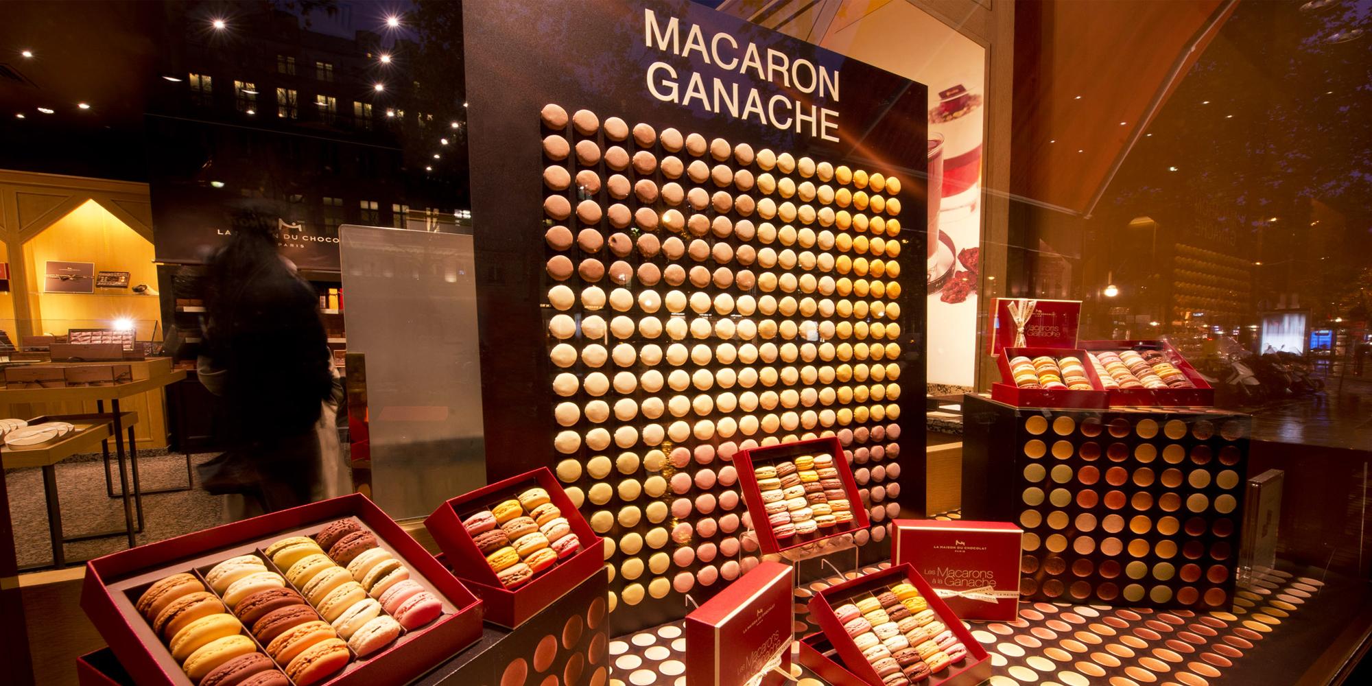vitrine de la maison du chocolat décorée avec des demies-coques de macarons factices réalisés par l'atelier Cobalt Fx
