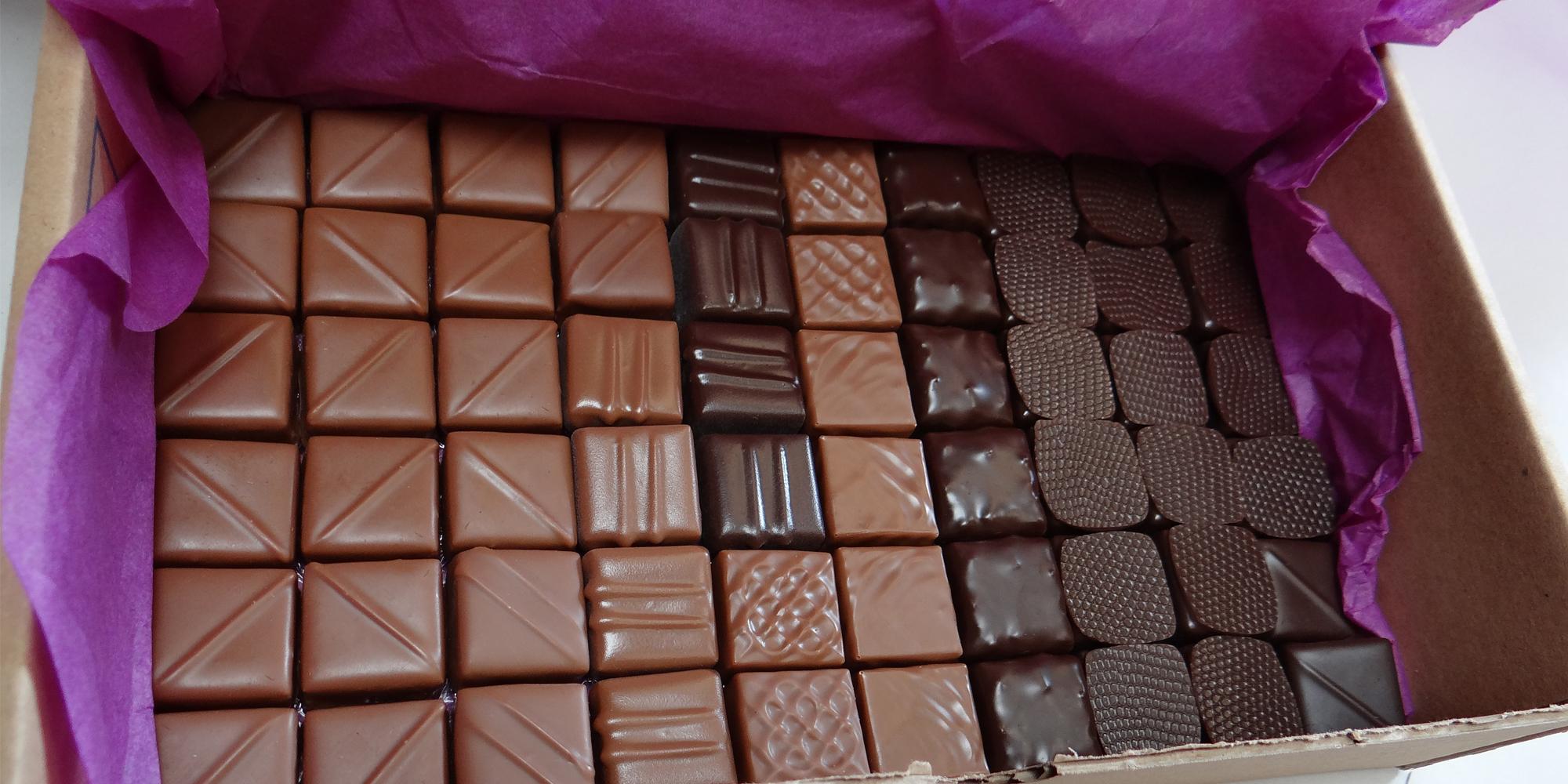 bouchées de chocolats factices en résine préparation pour l'expédition