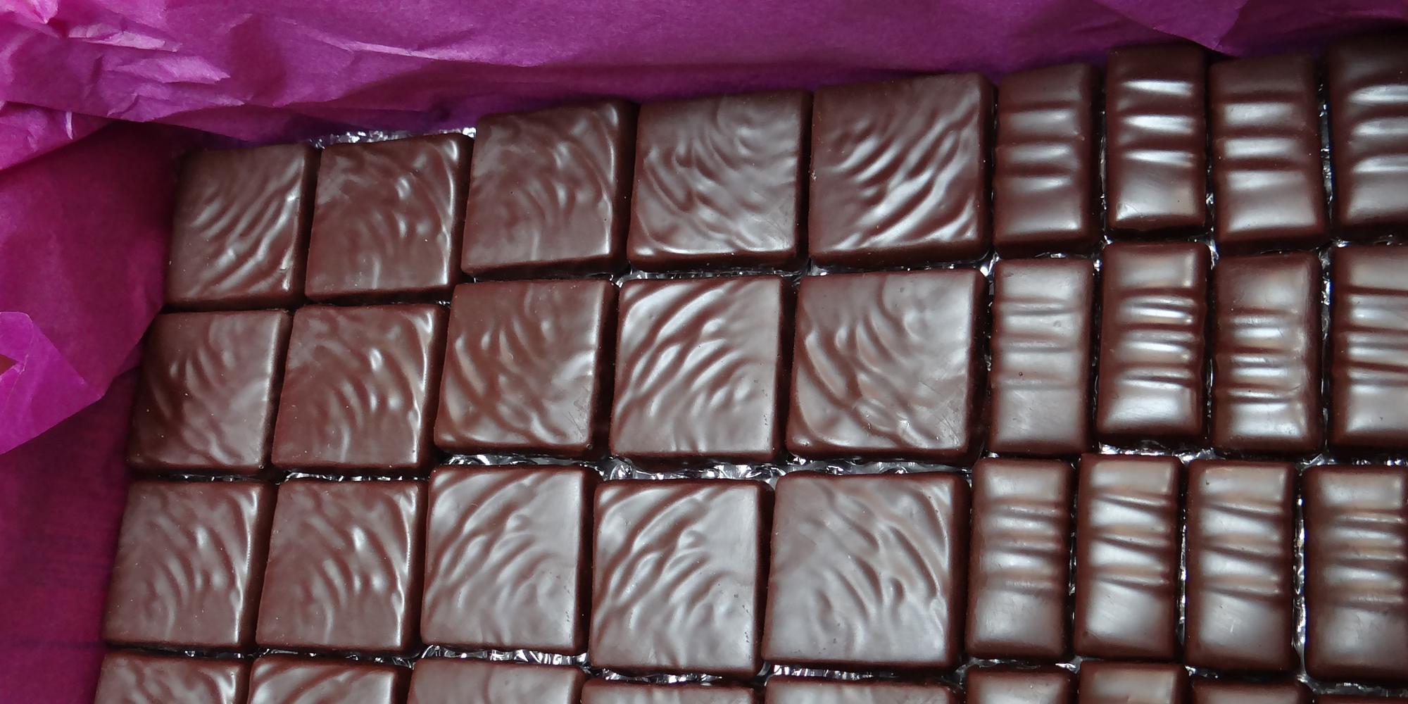 mise en carton avant expedition des chocolats factices pour l'export