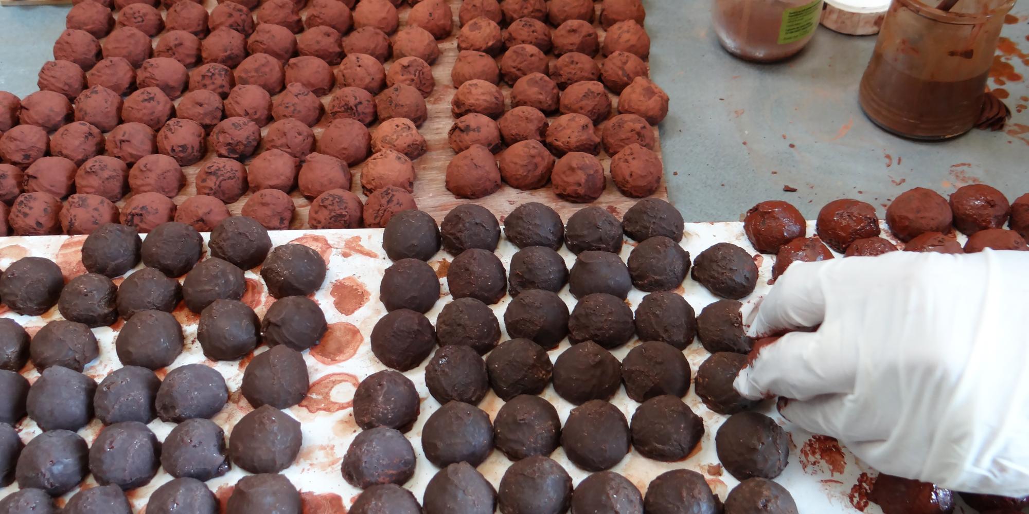 ici une des étapes de travail de création de factices alimentaires de truffes en chocolat pour vitrines