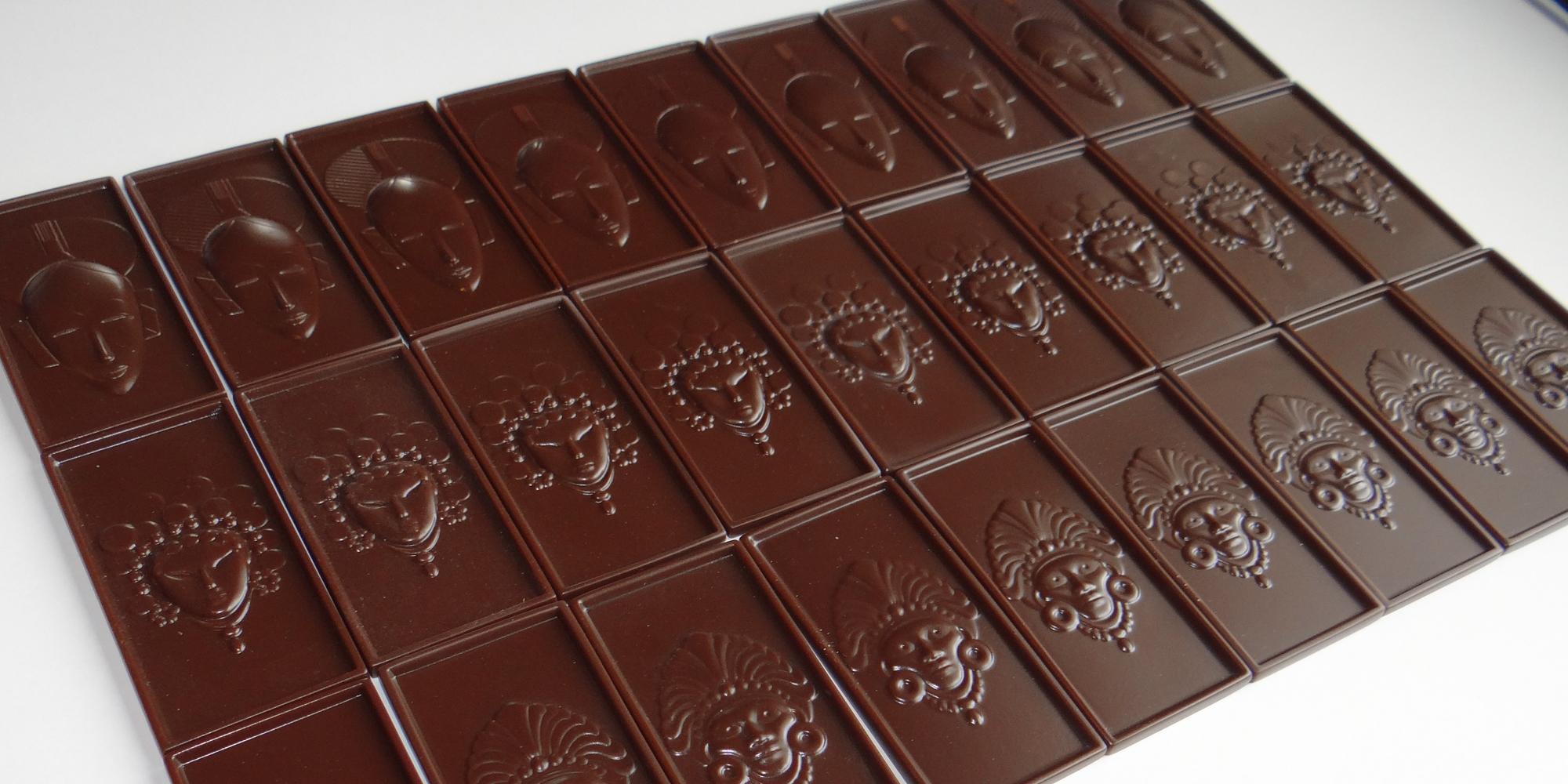création de mini tablettes de chocolat factices d'après moules pour chocolatier haut de gamme