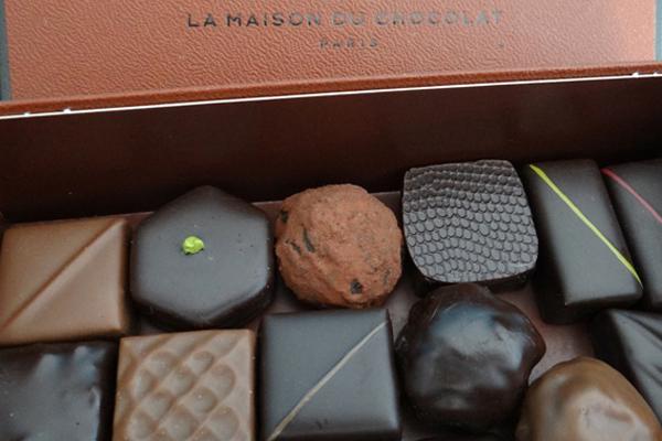 factices alimentaires de chocolats créés en résine teintée dans la masse